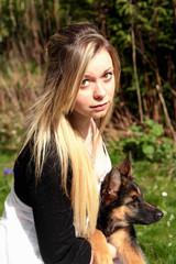 Jeune femme et berger allemand