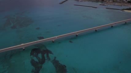 沖縄 古宇利大橋 マリンブルー 海 橋 常夏 珊瑚 空撮 鳥の目 ドローン 水