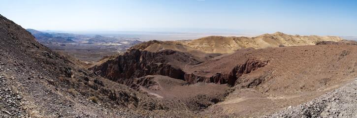 Medio Oriente, 10/03/2013: le montagne e il paesaggio deserto visti dalla strada che collega la  Riserva Biosfera di Dana, la più grande riserva naturale della Giordania, a Petra