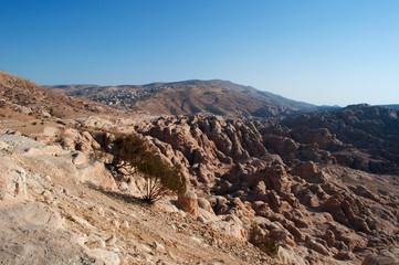 Medio Oriente, 10/03/2013: le montagne e il paesaggio deserto sulla strada che conduce a Petra, la città archeologica famosa in tutto il mondo per la sua architettura scavata nella roccia