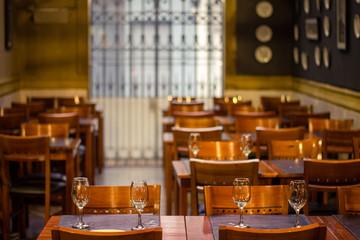 Restaurante vazio dentro do Mercado Agrícola em Montevideo, Uruguai