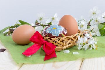 Пасхальные яйца и весенние цветы. Символы пасхи. Концепция международных праздников.