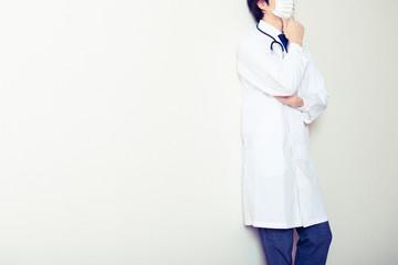 悩んでいる医者