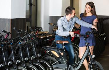 guy and girl hiring bikes