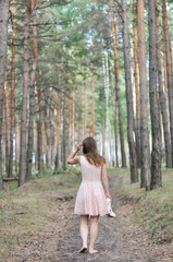 Девушка в юбке гуляет по лесу фото 755-678