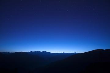 山の端 ようよう明りて