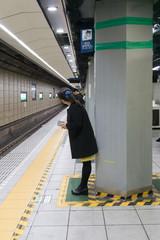 地下鉄ホーム 女性