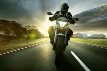 Motorrad auf einsamer Landstraße