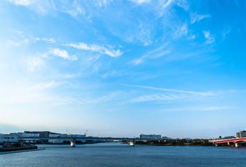 筋雲と青空と運河