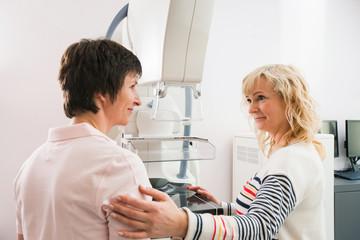 MTA führt Patientin behutsam zur Untersuchung in der Mammographie