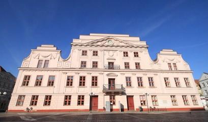 Rathaus der Barlachstadt Güstrow in Mecklenburg / Blick auf die klassizistische Ostfassade des Rathauses