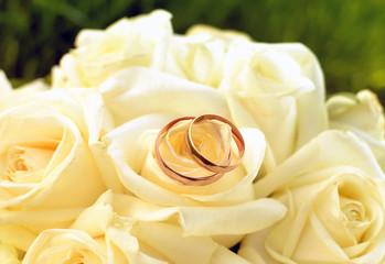 обручальные кольца и цветы картинки