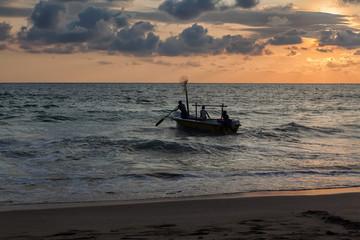 Рыбаки уходят в море на вечернюю рыбалку.