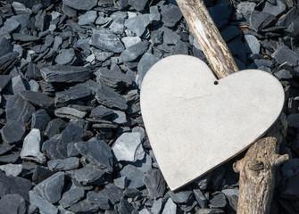 Dekoration Herz auf grauem Schiefer