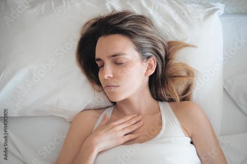 Donna a letto con mal di gola tosse o influenza stock photo and royalty free images on - Mal di schiena letto ...