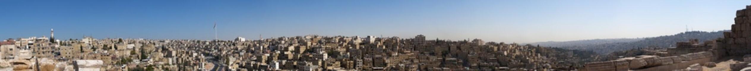 Giordania, 01/10/2013: lo skyline di Amman, la capitale e la città più popolosa del Regno hashemita di Giordania, con gli edifici, i palazzi e le case visti dall'antica Cittadella