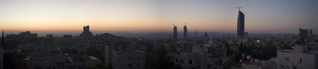Giordania, 01/10/2013: lo skyline di Amman, la capitale e la città più popolosa del Regno hashemita di Giordania, con gli edifici, i palazzi e le case viste all'alba