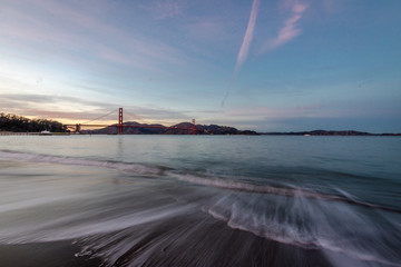 Fotomurales - Beach and Golden Gate Bridge at sunset - San Francisco, California, USA