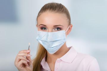 Zahntarzthelferin mit Farbprobe für Zahnersatz