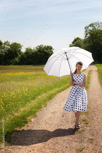 Frau Im Petticoat Der 50er Jahre Geht Mit Sonnenschirm Spazieren