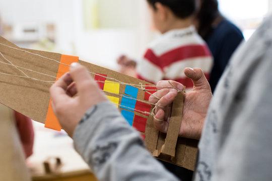 Braccio robotico di cartone decorato da bambini. Attività di robotica educativa a scuola