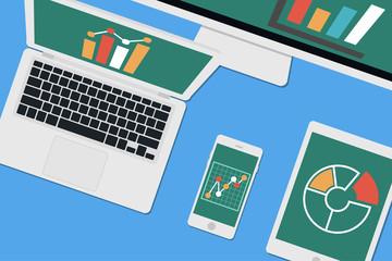 Schreibtisch mit Computer, Tablet und Smartphone