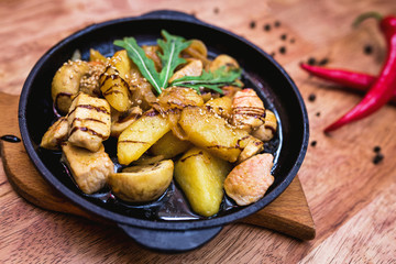 Hot portioning pan with chicken and potatoes