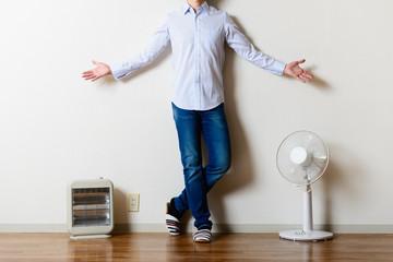 扇風機と電気ストーブ,立っている男性