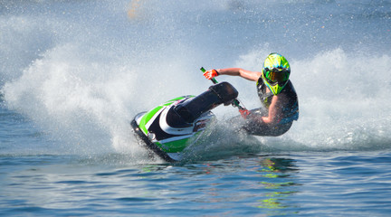 Fotorollo Motorisierter Wassersport Jet Ski competitor cornering at speed creating at lot of spray.