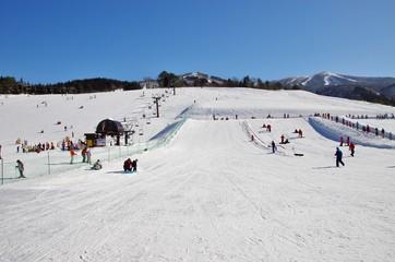 快晴のスキー場のゲレンデ