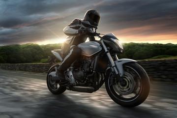 Motorrad auf Landstraße bei Sonnenuntergang