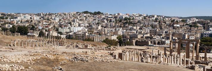 Giordania, 04/10/2013: le rovine della città romana di Gerasa, uno dei più grandi e meglio conservati siti di architettura romana al mondo, e lo skyline della moderna Jerash