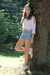 Junge Frau im Wald im Sommer