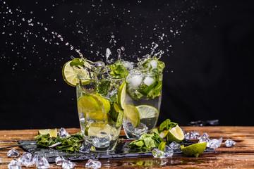 Poster de jardin Eclaboussures d eau Two glasses of cool mojito