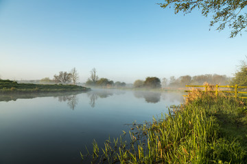 Photo sur Plexiglas Riviere Mist hanging over river Nene in Northamptonshire at sunrise