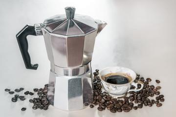 Printed kitchen splashbacks Coffee bar Cafetière manuelle Italienne avec tasse de café