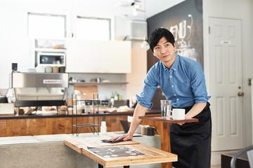 カフェで働く男性