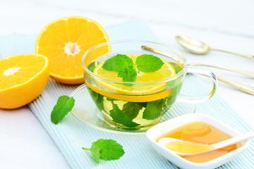 Pfefferminztee mit Honig und Orange