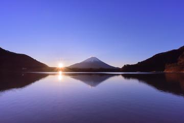 湖に浮かぶ富士山と日の出