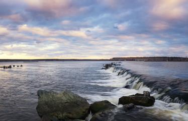 водопад на озере вечером, Россия, Урал, Рефтинское водохранилище,