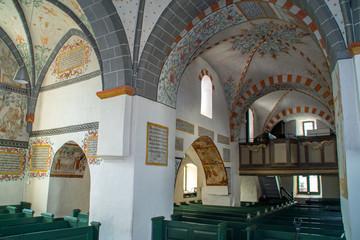 Innenraum der romanischen Dorfkirche in Lieberhausen, Deutschland