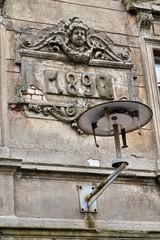 Zerstörte Lampe an der verfallenen Fassade eines Hauses in Magdeburg