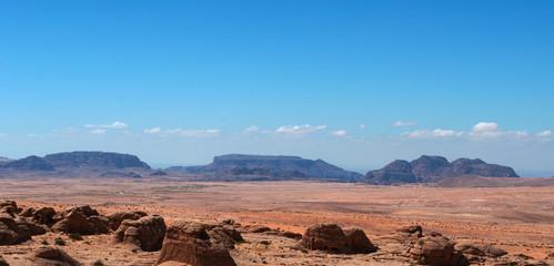 Giordania, 03/10/2013: paesaggio giordano e deserto sulla strada per il Wadi Rum, la Valle della Luna simile al pianeta Marte, una valle scavata nella pietra arenaria e nelle rocce di granito