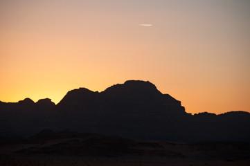 Giordania, 2013/03/10: tramonto sul paesaggio giordano e il deserto del Wadi Rum, la Valle della Luna simile al pianeta Marte, una valle scavata nella pietra arenaria e nelle rocce di granito