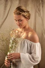 Schöne blonde Frau mit Zopffrisur