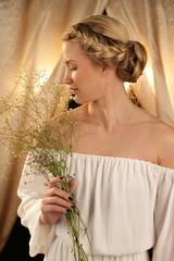 Frau mit blühenden Gräsern