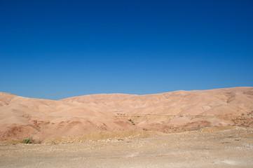 Giordania 05/10/2013: paesaggio roccioso e desertico sulla strada verso il Mar Morto, o Mare del Sale, il lago salato nella depressione più profonda della Terra