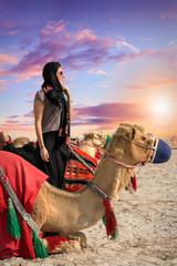 Frau mit Kamel bei einer Safari in der Wüste von Katar