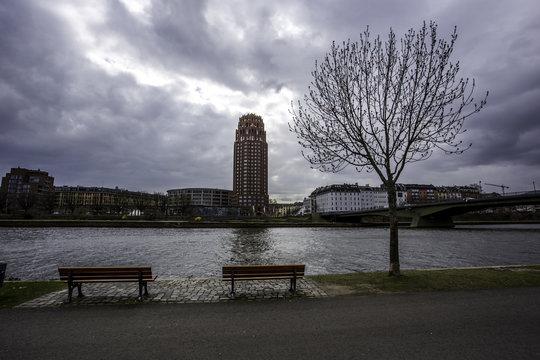 Mainufer in Frankfurt an einem bewölkten Tag