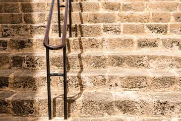 Geländer und Steintreppe